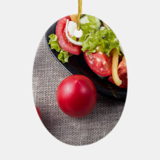 Frische Tomaten und Salat der Draufsicht der Keramik Ornament