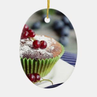 Frischer Muffin und feine Früchte Ovales Keramik Ornament