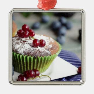 Frischer Muffin und feine Früchte Quadratisches Silberfarbenes Ornament