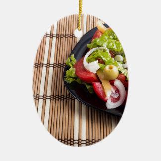Frischer natürlicher Salat der Nahaufnahmeansicht Ovales Keramik Ornament