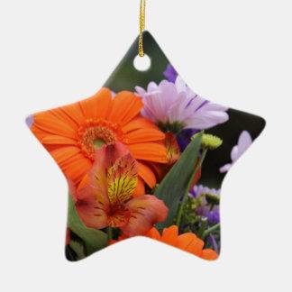 Frühlings-Blumen in einem Vase Keramik Stern-Ornament
