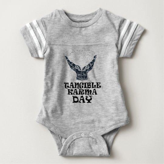 Fühlbarer Karma-Tag Baby Strampler
