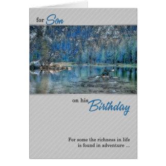 für den Geburtstag des Sohns draußen Kayak auf dem Karte