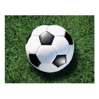 Fußball auf grünem Gras, Nahaufnahme Postkarte