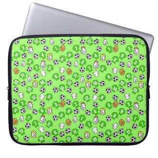 Fußball, grüne Shirts u. Fans Laptop Sleeve