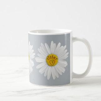 Gänseblümchen-Blume für Schwester-Kunst fertigen Kaffeetasse