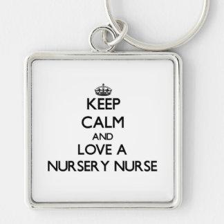 Gardez le calme et aimez une infirmière de crèche porte-clé carré argenté