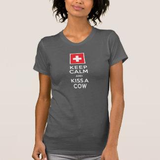Gardez le calme et embrassez un Suisse drôle de T-shirt