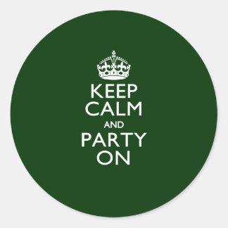Gardez le calme et la partie sur le vert classique sticker rond