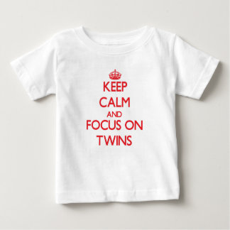 Gardez le calme et le foyer sur des jumeaux tee-shirt