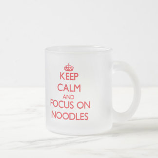 Gardez le calme et le foyer sur des nouilles mug à café