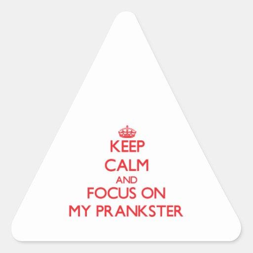 Gardez le calme et le foyer sur mon espiègle autocollants en triangle