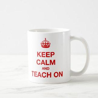 Gardez le calme et l'enseignez dessus mug blanc