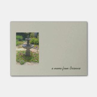 Garten-Brunnen-Zeichnen und Textnotizschablone Post-it Klebezettel
