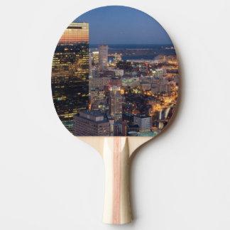 Gebäude von Boston mit Licht schleppt auf Straße Tischtennis Schläger