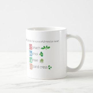 Gebäudeblöcke für einen friedlichen mesclun Salat Kaffeetasse