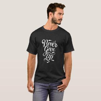 """""""Geben Sie nie"""" Kalligraphieaussagen-Dunkelheits-T T-Shirt"""