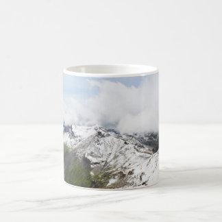 Gebirgskante in den Schweizer Alpen Kaffeetasse