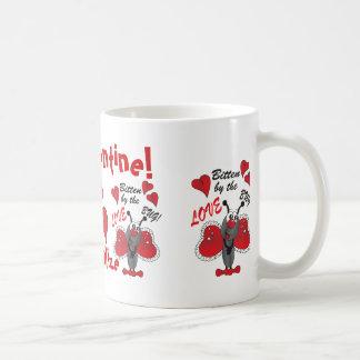 Gebissen durch die Liebe-Wanze personifizieren   Kaffeetasse
