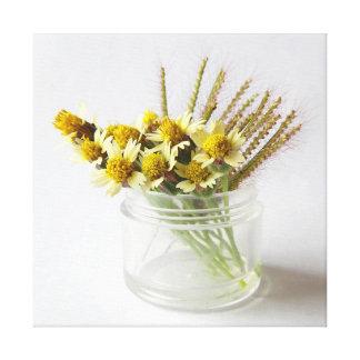 Geboren, wild zu sein. Mantelknopf-Blumenstrauß Leinwanddruck