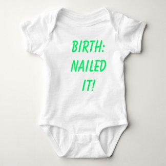 Geburt: Genagelt ihm! Baby Strampler