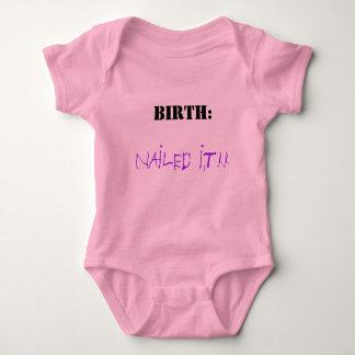 Geburt. Genagelt ihm Baby Strampler