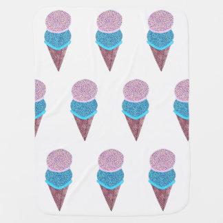 Geburtstag-doppelte Eiscreme im Kegel mit Ziegeln Kinderwagendecke
