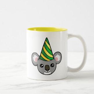 Geburtstag-Koala im Party-Hut, der Tasse zeichnet