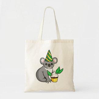 Geburtstag-Koala mit dem kleinen Kuchen, der Budget Stoffbeutel