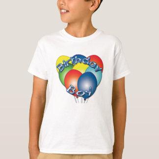 Geburtstags-Junge steigt T - Shirt im Ballon auf
