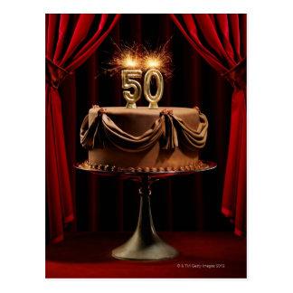 Geburtstags-Kuchen auf Bühne mit Zahl 50 Kerzen Postkarte