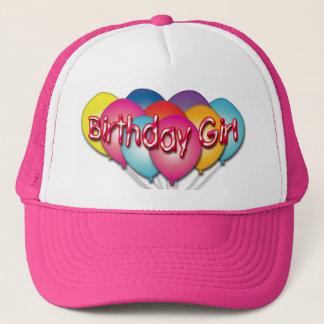 Geburtstags-Mädchen steigt Hut im Ballon auf Truckerkappe