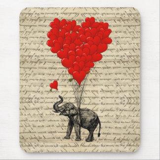 Geformte Ballone des Elefanten und des Herzens Mauspad