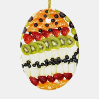 Geformte Fruchttorte des Eies mit verschiedenen Keramik Ornament