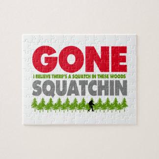 Gegangenes Squatchin Bigfoot, der im Holz sich