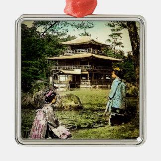 Geisha, die an Kinkaku-ji goldenem Tempel Japan Silbernes Ornament