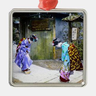 Geisha-Grüße am Tor Vintages altes Japan Quadratisches Silberfarbenes Ornament