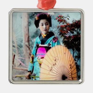 Geisha mit einem Wagasa Papiersonnenschirm Quadratisches Silberfarbenes Ornament