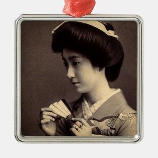 Geisha mit faltendem Papierfan in altem Japan Quadratisches Silberfarbenes Ornament