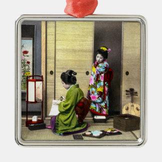 Geisha und ihr Meiko in altem Japan Vintag Quadratisches Silberfarbenes Ornament