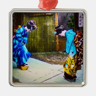 Geisha zwei, die helle Kimonos sich grüßt Quadratisches Silberfarbenes Ornament