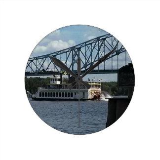 Geist von Dubuque auf Fluss Mississipi Runde Wanduhr
