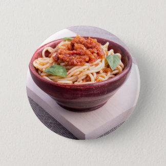 Gekochte Spaghettis in einer braunen kleinen Runder Button 5,7 Cm