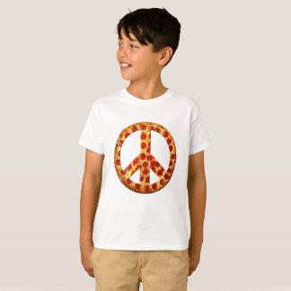 Gelassen gibt es Pizza auf dem hellen T-Stück des T-Shirt