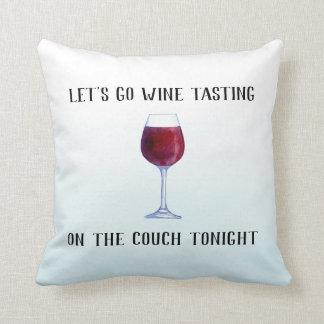 Gelassen uns gehen Wein-Probieren auf der Couch Kissen