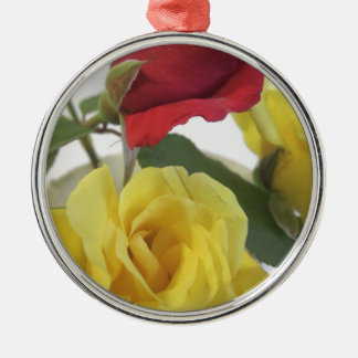 Gelb und Rote Rosen Rundes Silberfarbenes Ornament