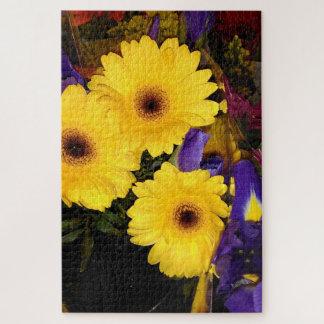 Gelbe Gerbera-Gänseblümchen-Blumen und blaue Iris