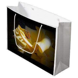 Gelbe Lilie auf Papiertüte Große Geschenktüte