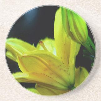 Gelbe Lilie mit Wind-Effekt durch Shirley Taylor Getränkeuntersetzer