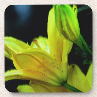Gelbe Lilie mit Wind-Effekt durch Shirley Taylor Untersetzer